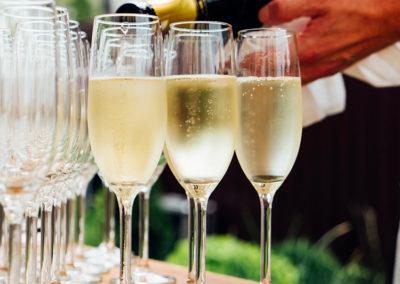 Photo d'une personne servant du champagne dans des coupes